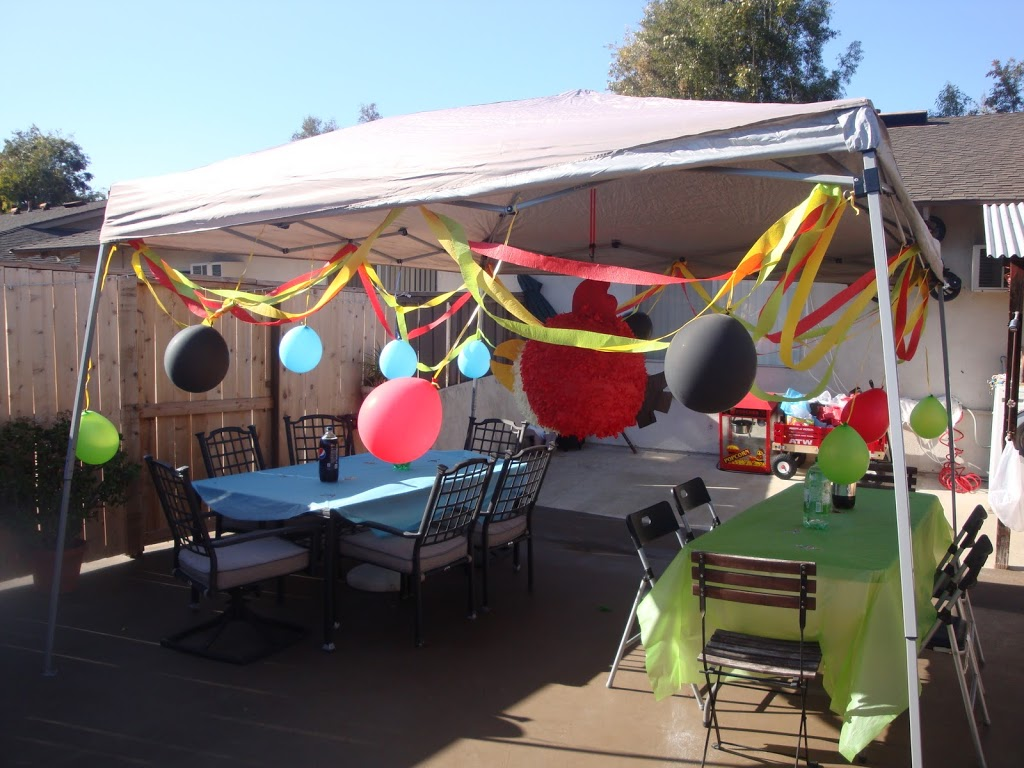 Angry Birds birthday decorations // Angry Birds party decorations // livingmividaloca.com
