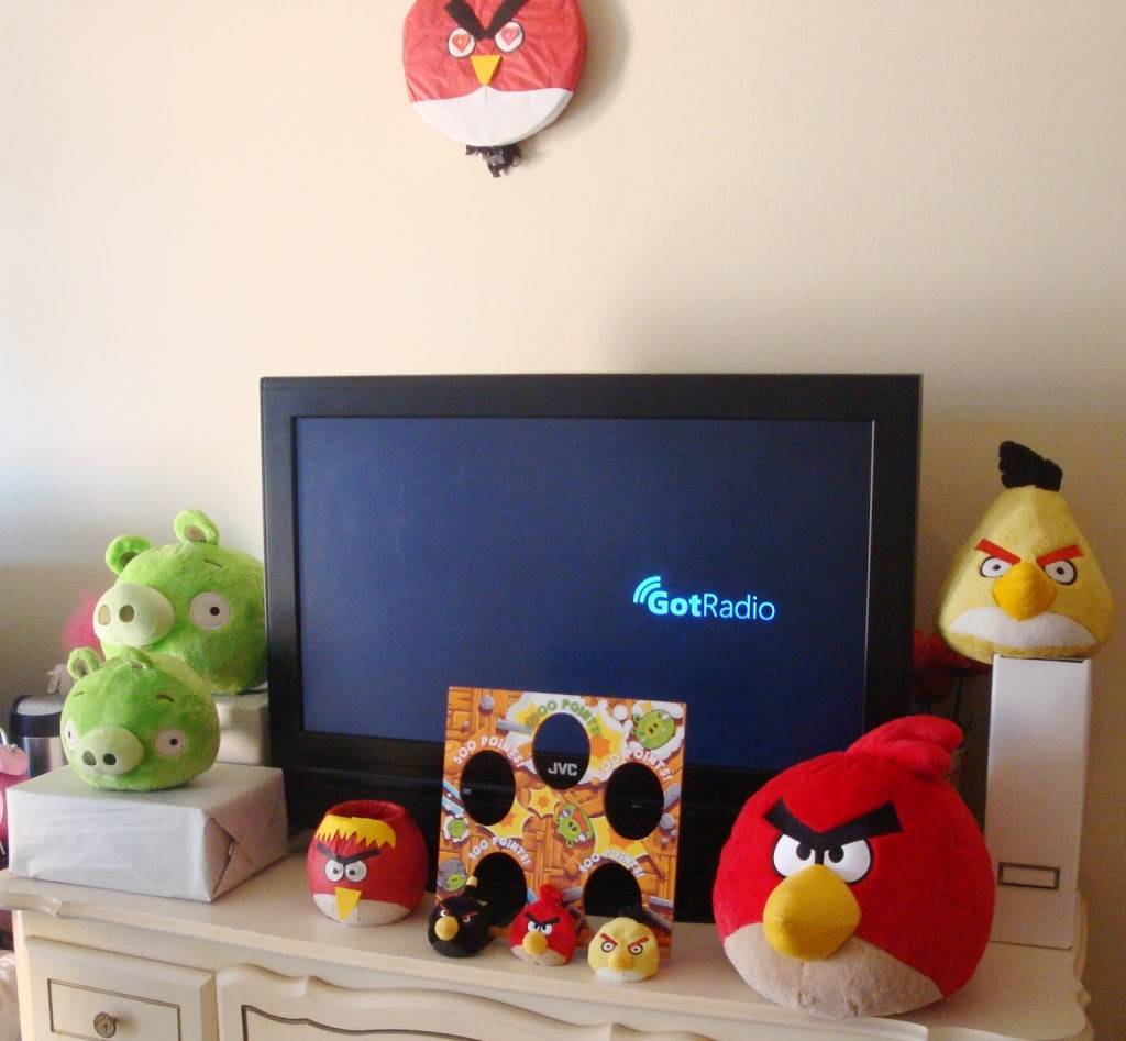 Angry Birds birthday party games // Angry Birds party decorations // livingmividaloca.com