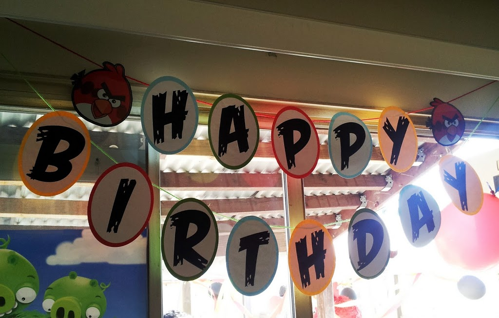 Angry Birds birthday party banner // Angry Birds party decorations // livingmividaloca.com
