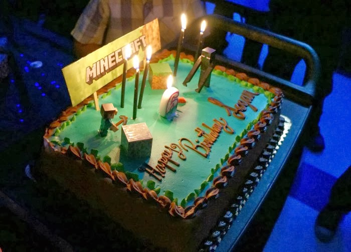 DIY Minecraft birthday cake with candles | livingmividaloca.com