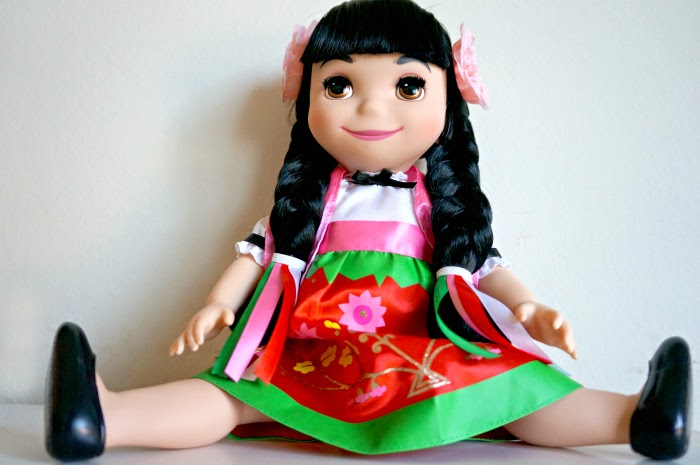 ''it's a small world'' Mexico Singing Doll sitting // livingmividaloca.com