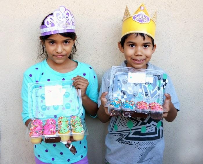 Sofia the First tiaras, crowns and cupcakes // livingmividaloca.com #DisneyJuniorFamilia