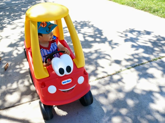 boy riding Cozy Coupe // livingmividaloca.com