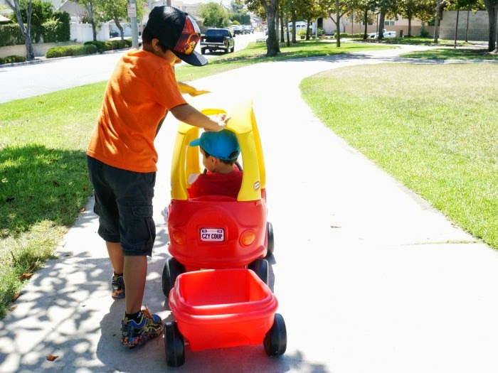 Logan Cordova uses parent handle on little tikes Cozy Coupe // livingmividaloca.com