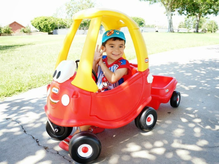 Lucas Cordova in little tikes Cozy Coupe with trailer // livingmividaloca.com