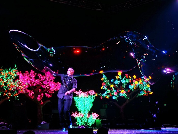 Deni Yang amazing bubble show