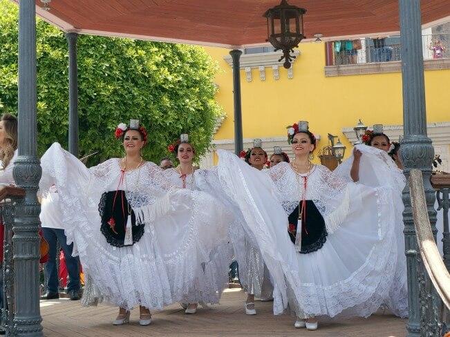 ballet folklorico dancers at Plaza Mexico // livingmividaloca.com