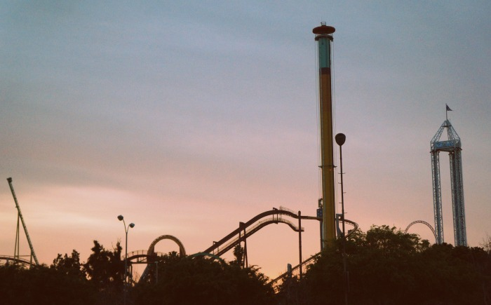 Sunset at Knott's Berry Farm in Buena Park, California from the Knott's Berry Farm parking lot. This article has Knott's Berry Farm parking tips! - livingmividaloca.com - #KnottsBerryFarm #VisitBuenaPark #BerryBloggers