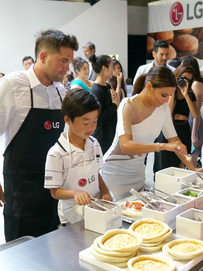 Eva Longoria making pizza