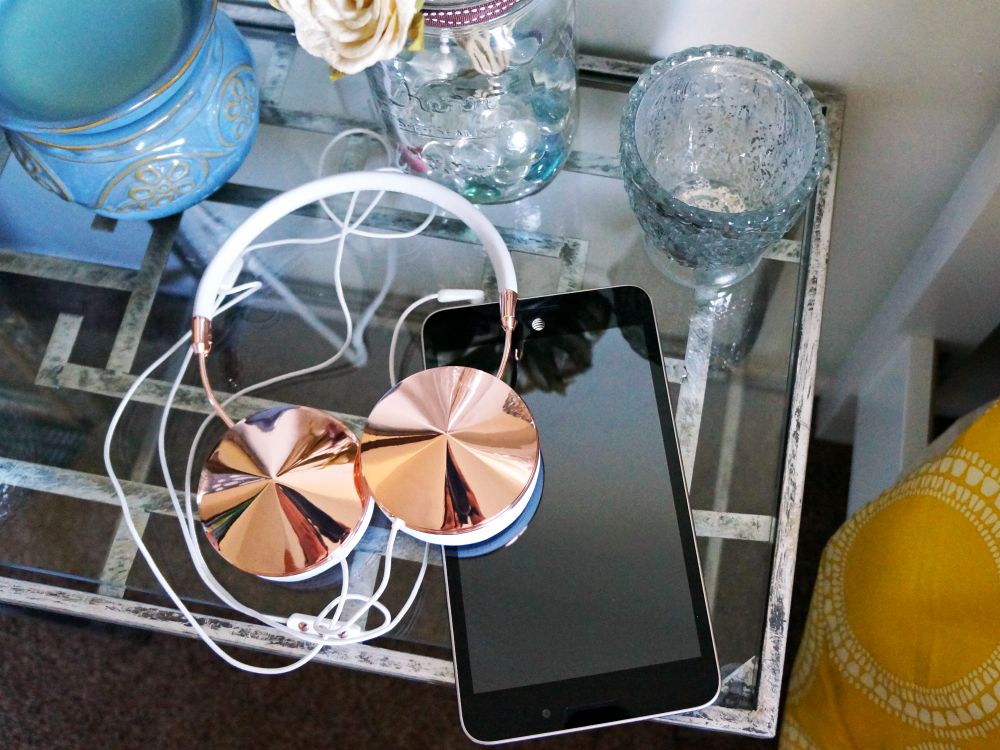 ASUS MeMO Pad 7 LTE with headphones