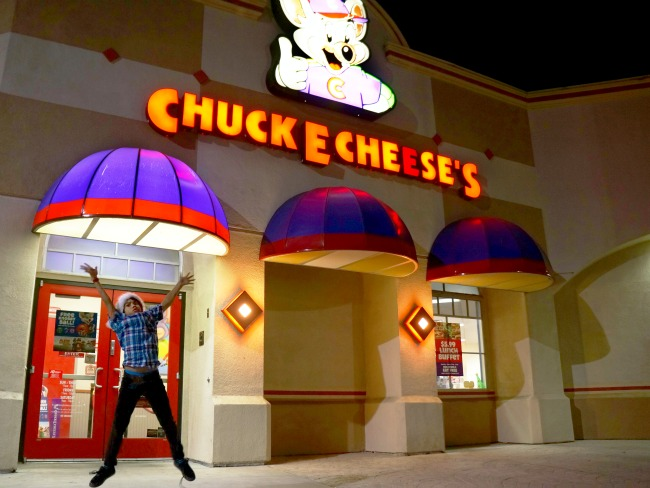Celebrating-a-birthday-Chuck-E-Cheese-livingmividaloca.com