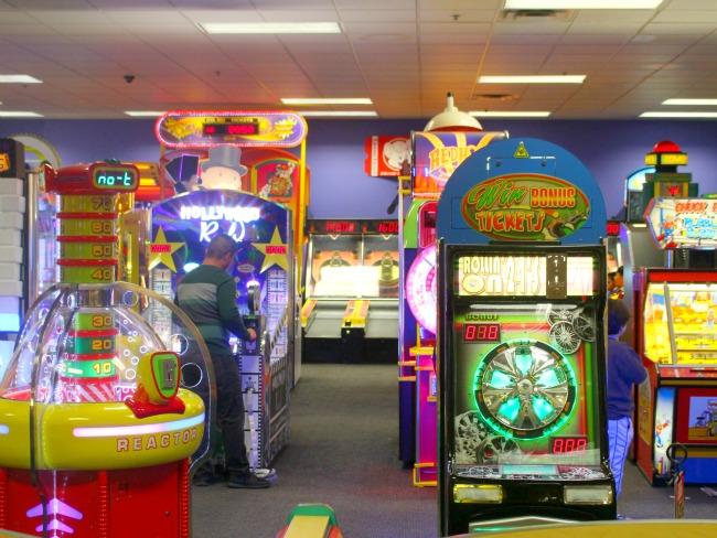 Chuck E Cheese arcade game // livingmividaloca.com