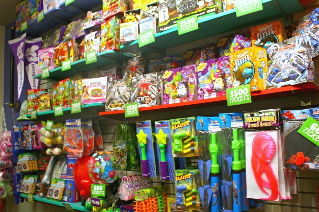 Chuck E Cheese prizes // livingmividaloca.com