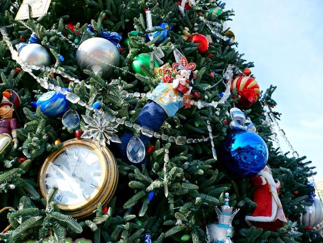 Christmas Tree at Disneyland 2015 // LivingMiVIdaLoca.com