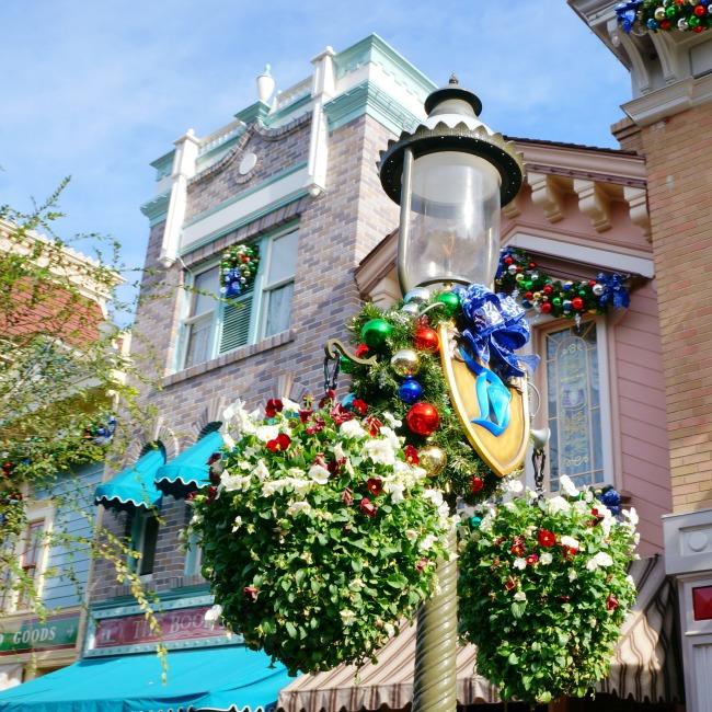 Disneyland lamp post on Main Street // LivingMiVidaloca.com