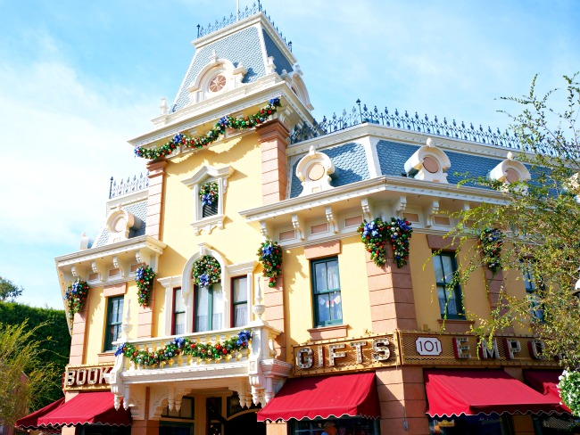 Holidays at Disneyland // LivingMiVidaLoca.com