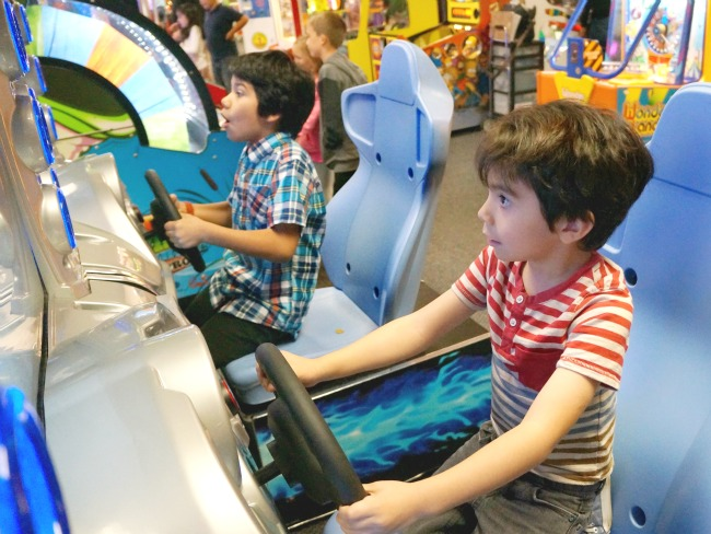 Kids-playing-racing-game-Chuck-E-Cheese-livingmividaloca.com