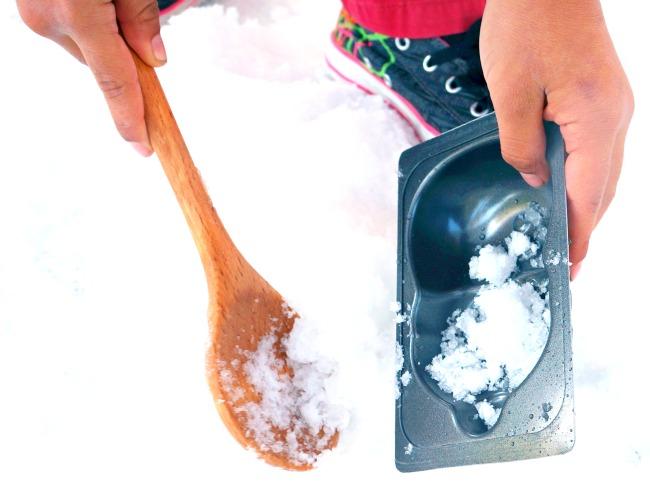 Making snowmen with a spoon // LivingMiVidaLoca.com