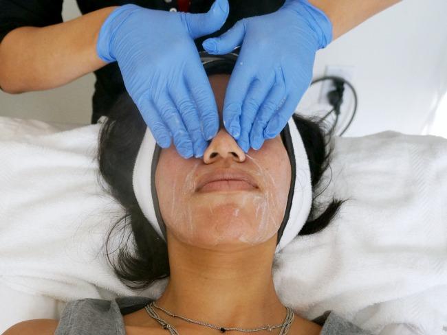 Hydrafacial step 1 - washing face // LivingMiVidaLoca.com