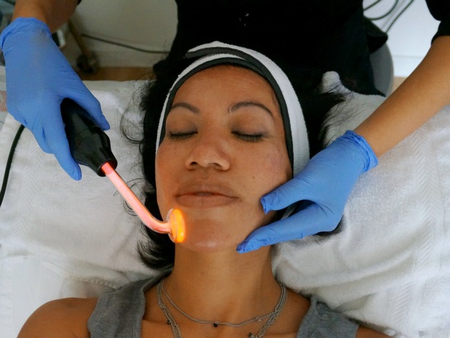 Ultraviolet light during HydraFacial // LivingMiVidaLoca.com