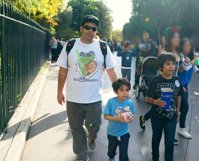 Walking through Disneyland // LivingMiVidaLoca.com