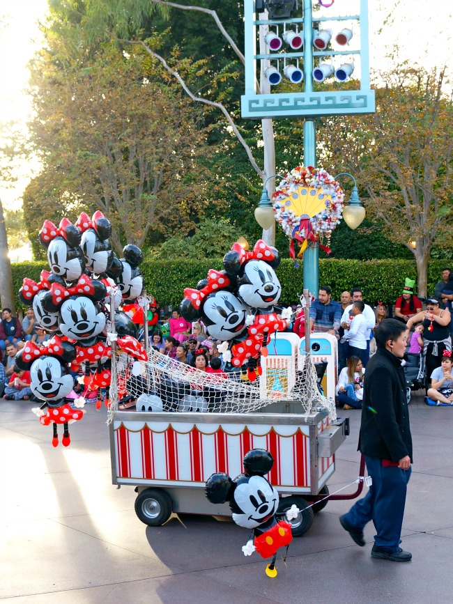 Where to watch the Christmas Parade at Disneyland // LivingMiVidaLoca.com