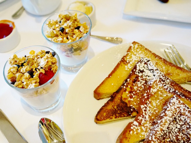 Yogurt parfait and French toast | LivingMiVidaLoca.com | #livingmividaloca #breakfastwithsanta #christmastraditions #downtowndisney