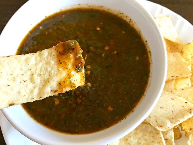 Easy Mexican salsa recipe // livingmividaloca.com