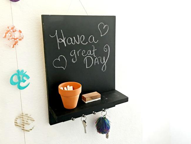 DIY key holder with chalkboard // Chalkboard Wall Hanging // livingmividaloca.com