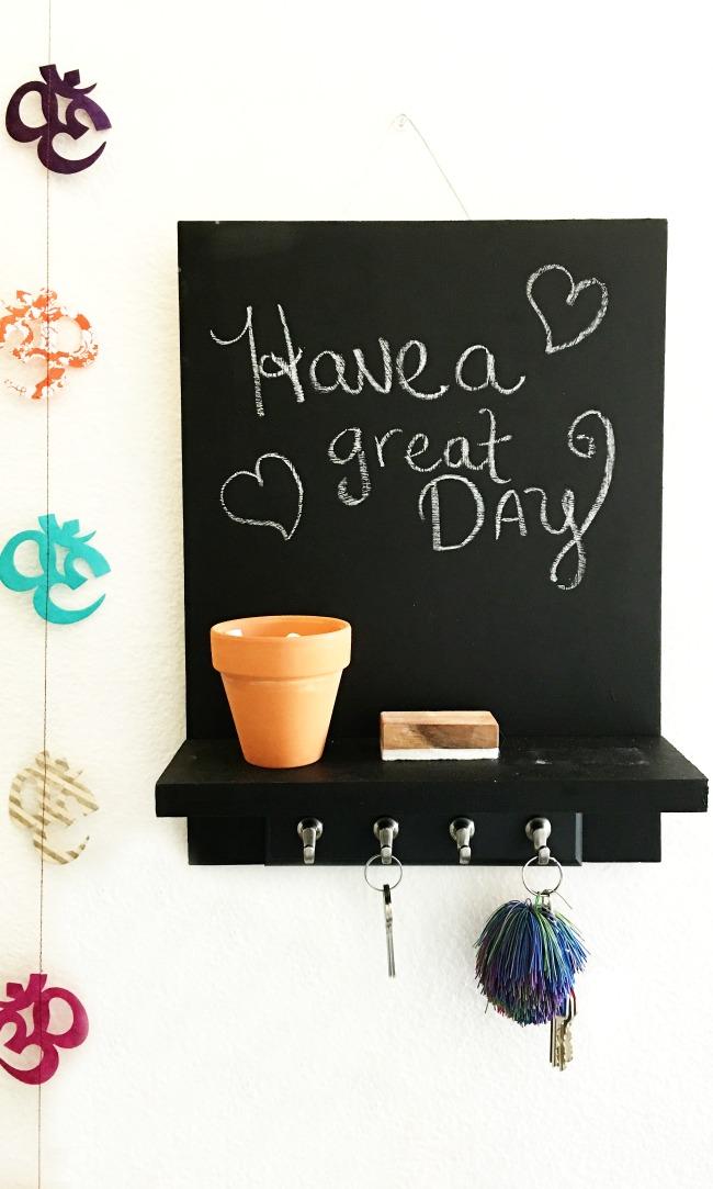 Chalkboard wall hanging tutorial // Chalkboard Wall Hanging // livingmividaloca.com