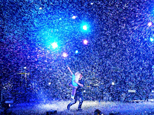 Snowing bubbles during bubble show // Bubblefest at Discovery Cube OC // LivingMiVidaLoca.com