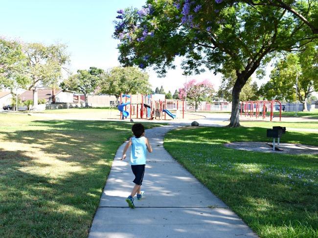 boy running towards the park - livingmividaloca.com