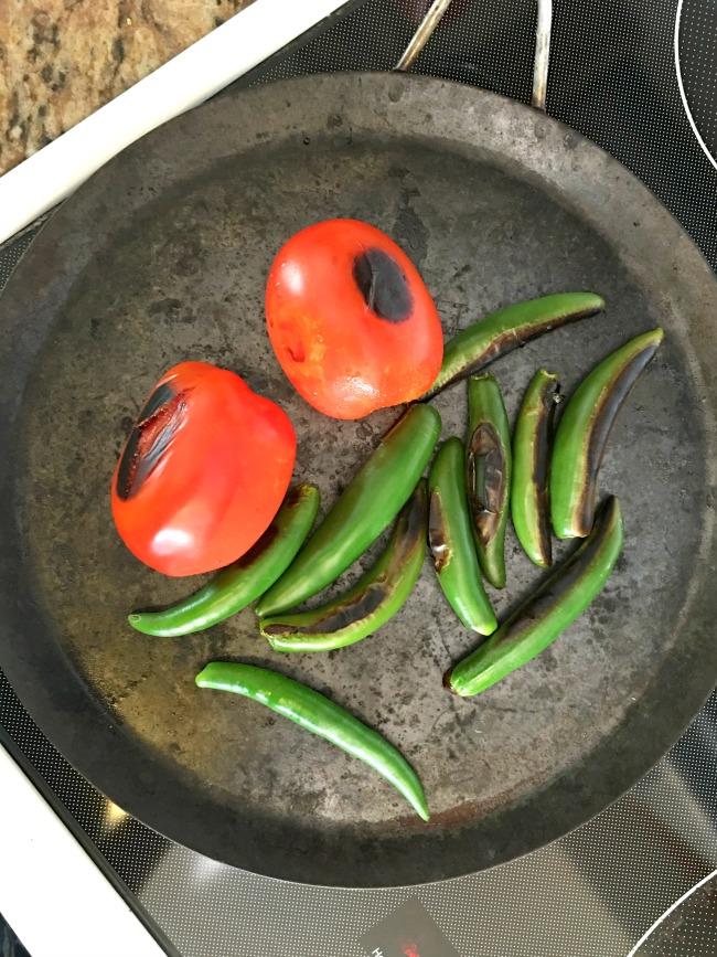 Roast tomatoes for salsa -| livingmividaloca.com | #livingmividaloca #roastedsalsa #recipes #serranosalsa #salsa #serranochile #diprecipes