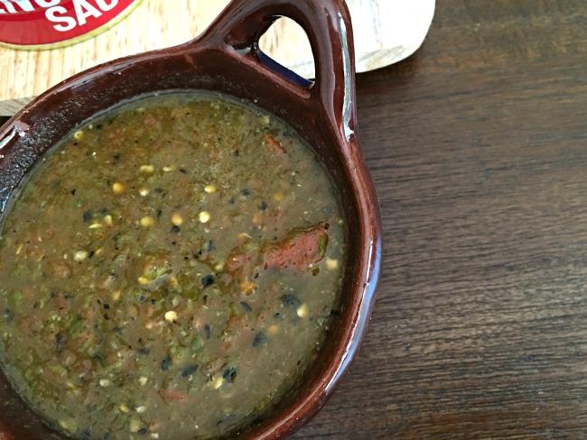 Roasted tomato serrano salsa recipe | livingmividaloca.com | #livingmividaloca #roastedsalsa #recipes #serranosalsa #salsa #serranochile #diprecipes
