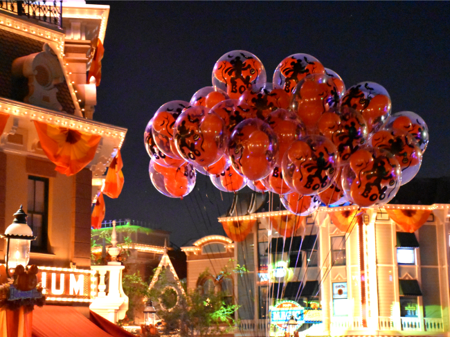 Light up balloons at Disneyland Resort - LivingMiVidaLoca.com