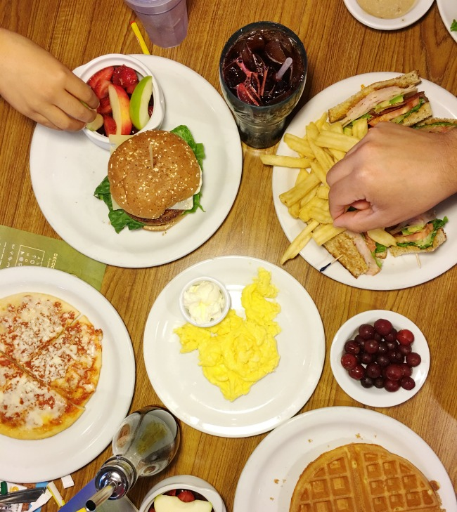 Family eating out at Denny's Diner while traveling - livingmividaloca.com