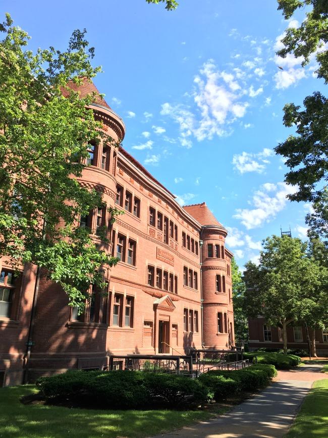 Harvard University red brick building - livingmividaloca.com