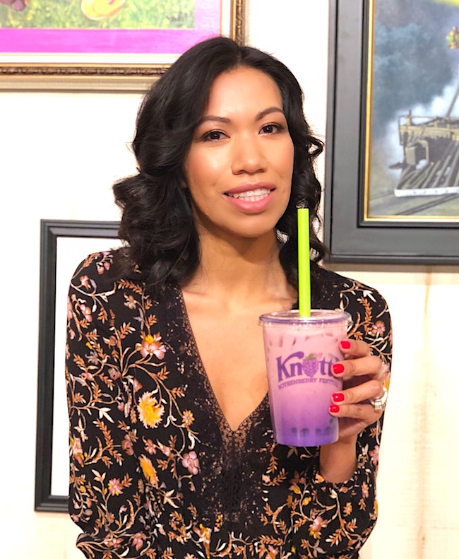 Latina mom trying out boysenberry boba tea - livingmividaloca.com