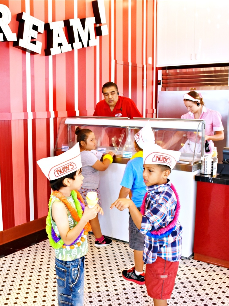 Celebrating a boy's birthday at Ruby's Diner in San Clemente. Ruby's Diner is a great birthday party place because they have a Tiki Room - LivingMiVidaLoca.com