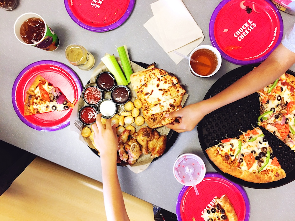 How to have a great time at Chuck E. Cheese's - LivingMiVidaLoca.com