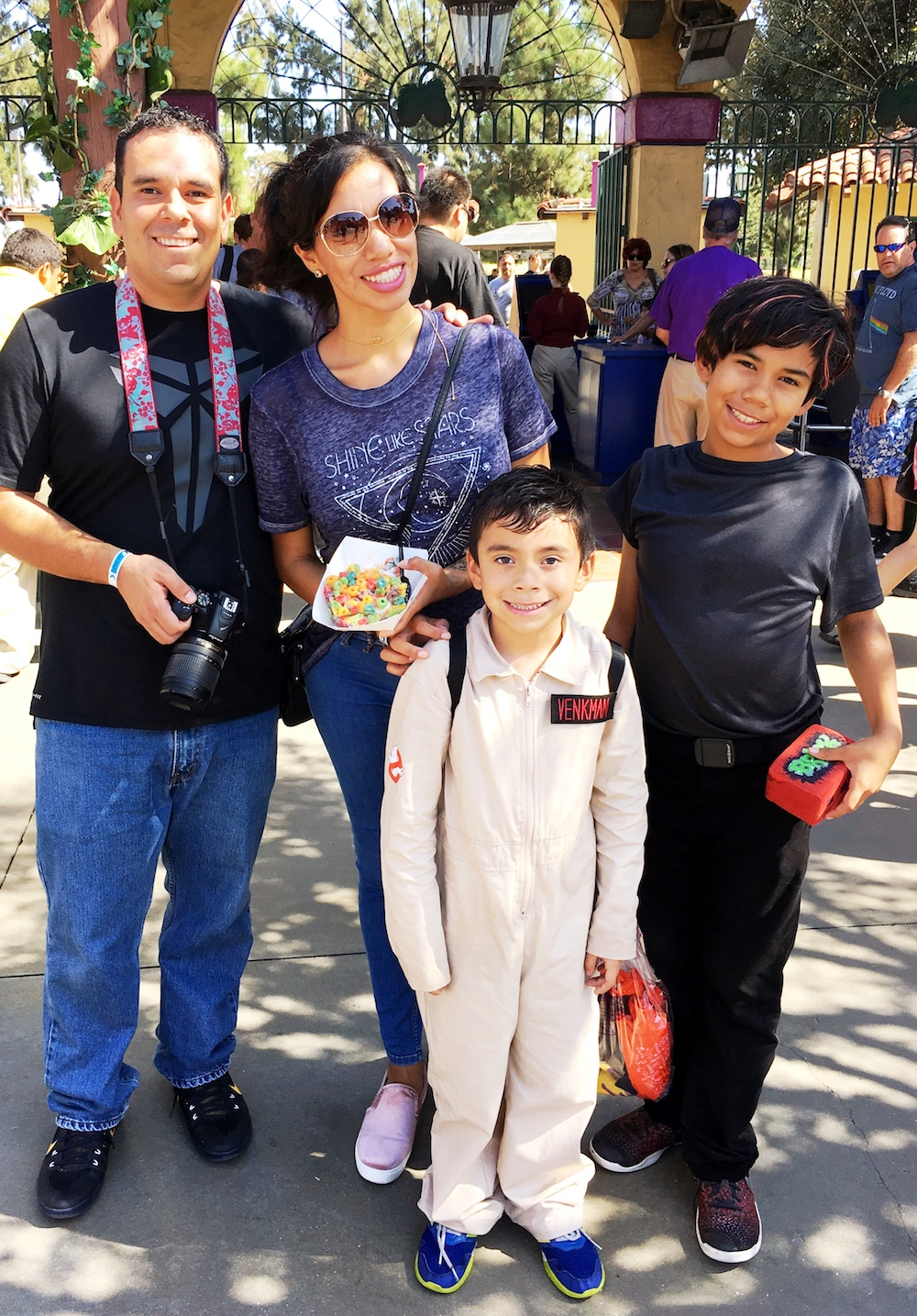 Pattie Cordova and family at Knott's Spooky Farm - livingmividaloca.com