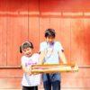 kids holding 2 foot long hot dog - livingmividaloca.com