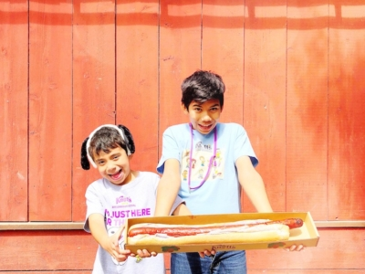 kids holding 2 foot long hot dog - livingmividaloca.com