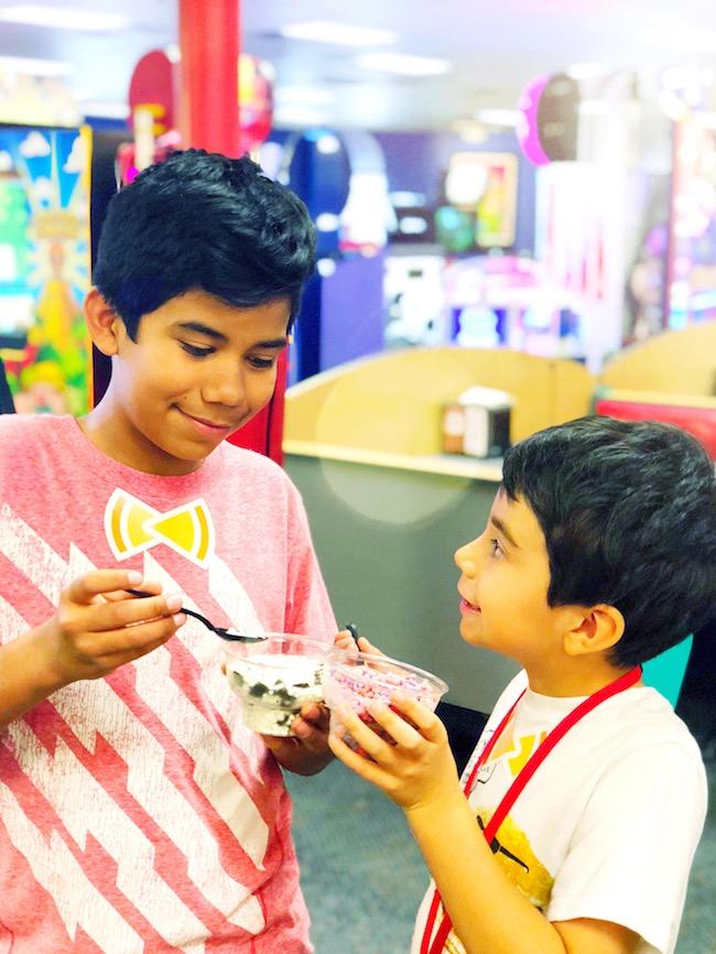 Kids enjoying Dippin' Dots at Chuck E. Cheese - livingmividaloca.com