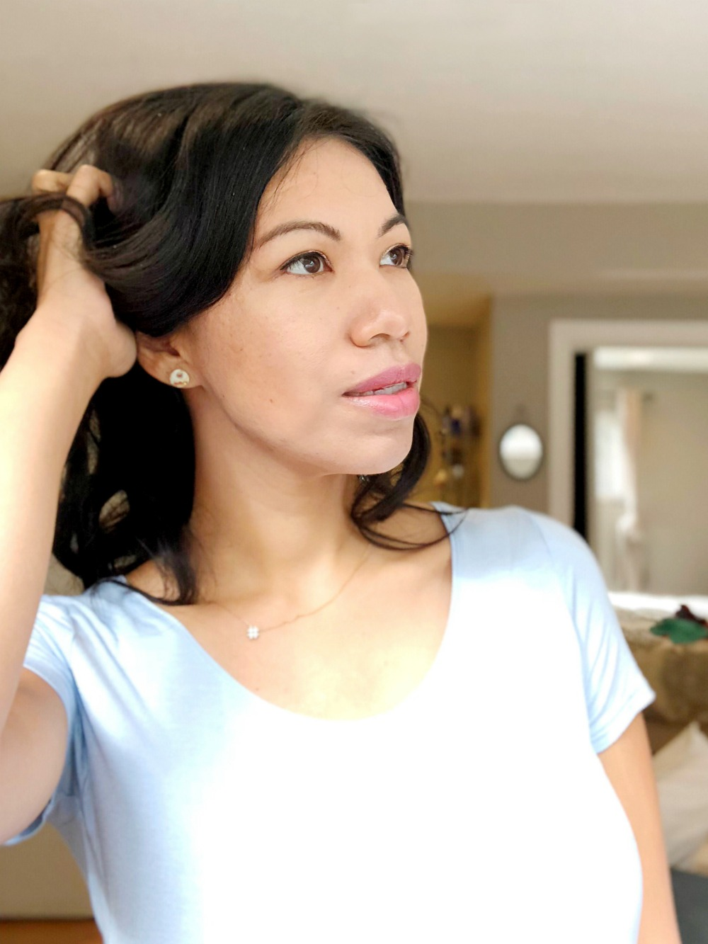 Latina showing how to makeup with highlighted cheekbones