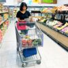 Latina woman shopping at ALDI for groceries - livingmividaloca.com