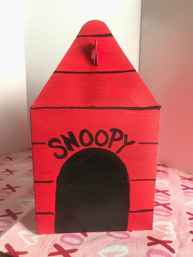Snoopy Valentine Box | LivingMiVidaLoca.com | #LivingMiVidaLoca #Snoopy #ValentineBox #DIYValentine #ValentinesDayCraft #VdayCraft #SnoopyValentines