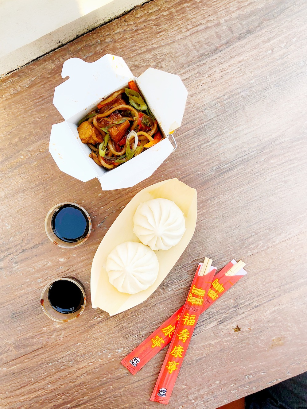 Chow mein noodles with tofu and bbq pork dumplings - livingmividaloca.com