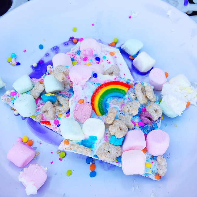 Unicorn bark made with marshmallows, lucky charms, white chocolate and sprinkles.   #unicornfoods #unicornbark #unicorns #partyfood #unicornparty #unicorntreats #unicornpartytreats  livingmividaloca.com