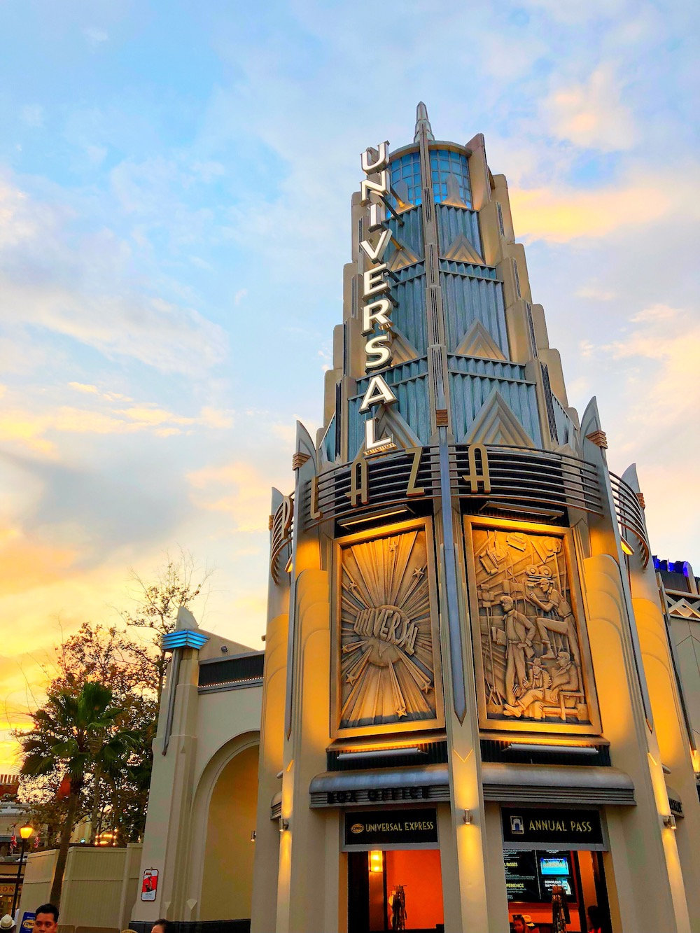 Universal Studios plaza with sunset in the background - livingmividaloca.com